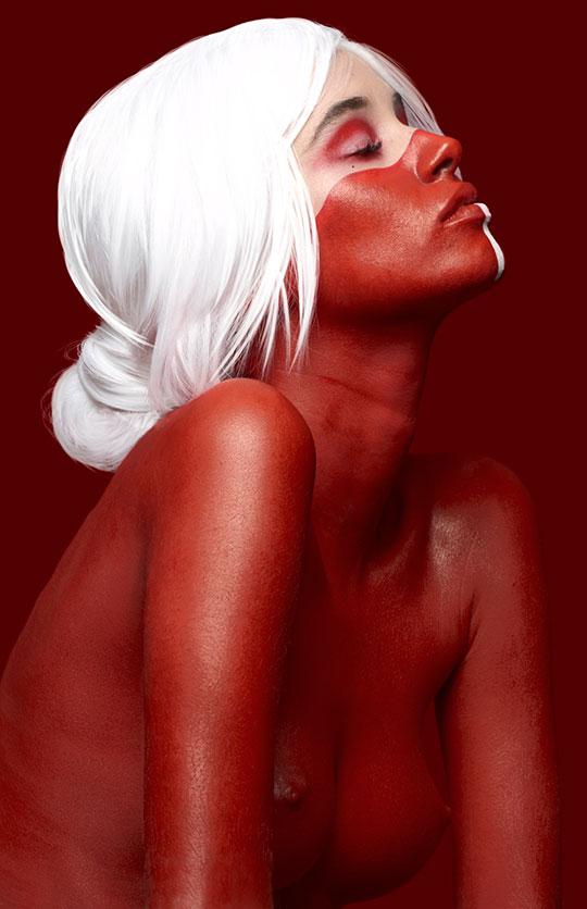 foto retrato de modelo con maquillaje bodypaint rojo